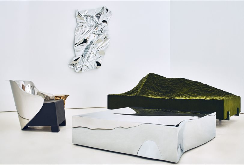 el-sofa-pyrenees-2007-una-cordillera-verde-junto-a-otras-piezas-de-la-muestra_812x550_4b5d0e09